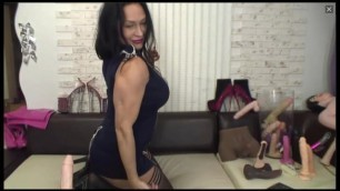 sexy MILF flexes her biceps and triceps on cam